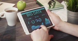 监测使用数字式片剂的大数据记录在书桌 股票录像
