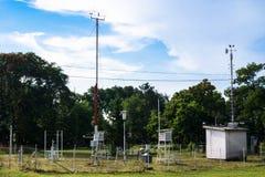 监测环境空气压力、湿气、风向仪和温度的气象台 免版税库存照片