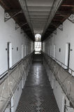 监狱牢房,在走廊,二楼 免版税库存图片
