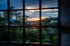 监狱酒吧和剧烈的五颜六色的日落 免版税图库摄影
