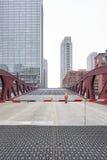 监督可移动的桥梁的开头一个未认出的人 免版税库存照片