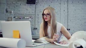 监督员妇女坐在桌上并且通过电话会议在网上谈论 股票录像