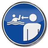 监督并且观看孩子在水中 库存照片