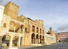 监督法院议院 高正方形,广场亚尔他在巴达霍斯 旅游业在埃斯特雷马杜拉,西班牙 免版税库存图片