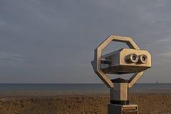 监督海的投入硬币后自动操作的双筒望远镜 免版税库存图片