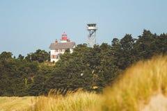 监视塔和灯塔在海岸 免版税库存照片