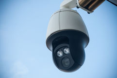 监视的现代安全监控相机在室外 库存图片