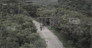 监视雄蜂的恐怖分子小队走与武器的照相机观点 股票录像