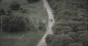 监视雄蜂的恐怖分子小队走与武器的照相机观点 影视素材