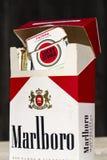 盒不同的香烟品牌拍摄了2017年3月25日在布拉格,捷克共和国 免版税库存图片