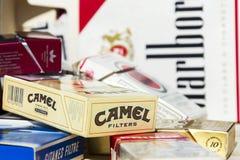 盒不同的香烟品牌拍摄了2017年3月25日在布拉格,捷克共和国 库存图片