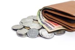 盒印地安说谎在桌上的货币纸币和硬币 库存照片