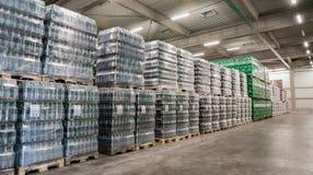 盒啤酒在啤酒厂仓库里 图库摄影