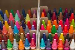 盒在箱子的多彩多姿的蜡笔 免版税库存照片