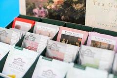 盒在蓝色背景的艾哈迈德茶 免版税图库摄影