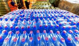 盒塑料瓶在大商店 库存照片