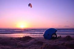 盔甲和风筝冲浪者在海 日落,海滩地中海 安全,平衡,极端体育 库存照片