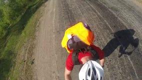 盔甲的人在longboard、红色衬衣和太阳镜, selfie longboard旅行 股票录像