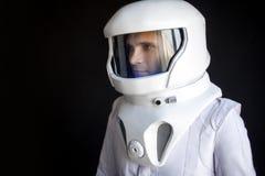 盔甲的宇航员看得下来 意想不到的航天服 外层空间的探险 免版税库存照片
