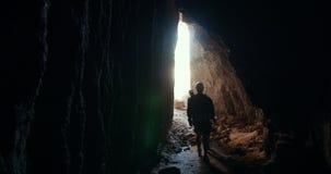 盔甲的年轻朋友探险家留下黑暗的洞 影视素材