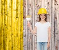 盔甲的微笑的小女孩与画笔 免版税库存图片