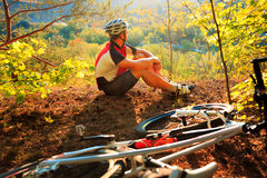 盔甲的年轻骑自行车者 体育生活方式概念 免版税库存照片