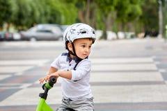 盔甲骑马自行车的男孩 库存图片
