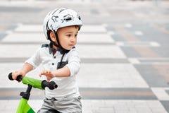 盔甲骑马自行车的男孩 库存照片