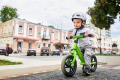 盔甲骑马自行车的男孩 免版税图库摄影