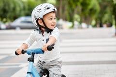 盔甲骑马自行车的男孩 免版税库存照片