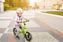盔甲骑马自行车的男孩 免版税库存图片