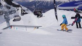 盔甲幻灯片的挡雪板在滑雪胜地的路轨 晒裂 多雪的山 人们 影视素材