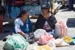 盖丘亚族人的妇女在Otavalo每周市场上 免版税库存图片