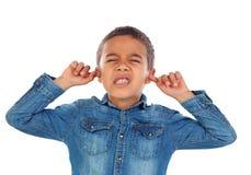 盖他的耳朵的小孩子 免版税库存图片