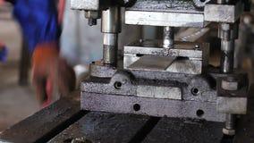 盖印在钢棍机器过程的孔 股票录像