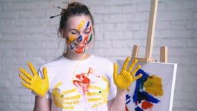 盖在油漆愉快的女孩画 影视素材
