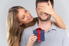 盖她的男朋友的眼睛的浪漫妇女 库存图片