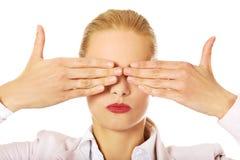 盖她的眼睛的女商人用她的手 不要看见邪恶的概念 免版税库存照片