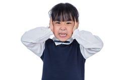 盖她的耳朵的亚裔矮小的中国女孩用手 免版税图库摄影