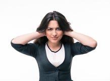 盖她的耳朵的女实业家用手 免版税库存照片