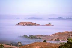 盖小山的大雾创造海岛 免版税库存照片