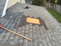 盖屋顶屋顶修理,盖屋顶的人,工具 免版税库存照片
