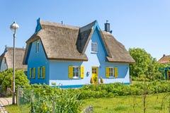 盖屋顶房子 免版税库存图片