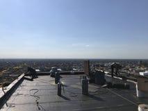 盖屋顶的人和工作在一个光滑的修改过的屋顶平台的乘员组,顶房顶项目 库存图片