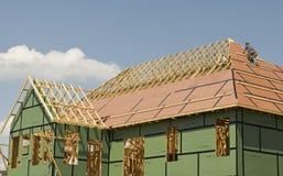 盖屋顶的人在新的家工作 免版税库存图片