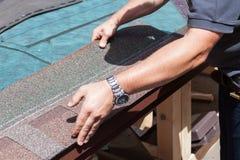 盖屋顶的人安装屋顶木瓦的建造者工作者 库存图片