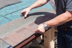 盖屋顶的人安装屋顶木瓦的建造者工作者 免版税库存图片