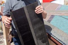 盖屋顶的人安装屋顶木瓦的建造者工作者 免版税库存照片