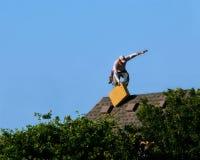 盖屋顶的人工作滑动 免版税图库摄影