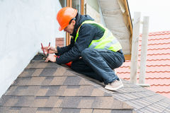 盖屋顶的人建造者工作者 免版税图库摄影